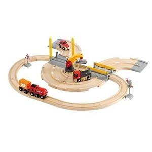 Brio Vláčkodráha s nákladním vlakem, závorami a silničním přejezdem